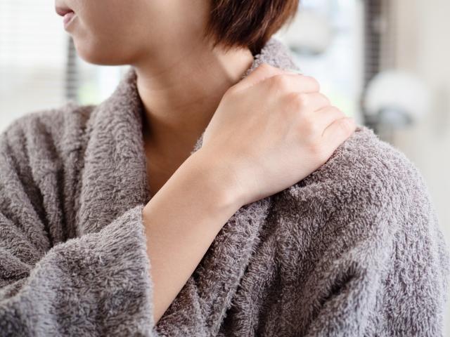 デスクワークが原因で肩こりがひどいときのストレッチ法!デスクワークで肩こりを予防するポイントを紹介